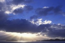 Raggi di sole da nubi sopra all'interno del passaggio vicino a Prince Rupert, British Columbia, Canada. — Foto stock