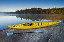 Каяк autumnal декорація зайчик озеро поблизу Сіу звужується, Північно-Західного Онтаріо, Канада — стокове фото