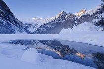 Зимний пейзаж замороженные озера Луиза и горы Национальный парк Банф, Альберта, Канада — стоковое фото