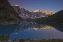 Альпийский на скалистых гор с отражением в Озеро Морейн, долине десяти вершины, Национальный парк Банф, Альберта, Канада. — стоковое фото