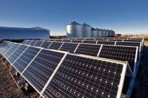 Sonnenkollektoren auf Bauernhof in der Nähe von Calgary, Alberta, Kanada. — Stockfoto