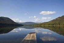 Jetée en bois à aire protégée du lac Spruce, Sud Chilcotins, Colombie-Britannique, Canada — Photo de stock