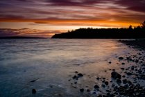 Rive rocheuse de Myrtle Point au coucher du soleil près de Powell River, Colombie-Britannique, Canada . — Photo de stock