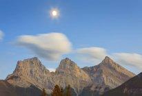 Три сестры горные вершины с Луной в небе, Кенмор, Альберта, Канада — стоковое фото