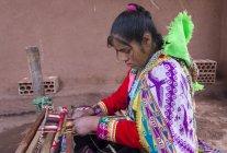 Lokale junge Frau beim traditionellen Weben, Pisac, Peru — Stockfoto