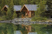 Lodge cabins at Lake Ohara shore in Yoho National Park, British Columbia, Canada — Fotografia de Stock