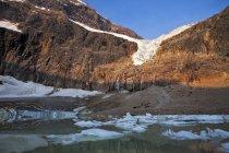 Glacier Angel recouvert de glace et mont Edith Cavell, parc national Jasper, Alberta, Canada — Photo de stock