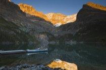 Каное, ошвартовані біля пристані Ohara озеро в сутінках в його Національний парк, Британська Колумбія, Канада — стокове фото