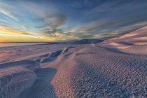Luce solare illuminante innevata fianchi del Monte Corvo vicino a Old Crow, Yukon — Foto stock