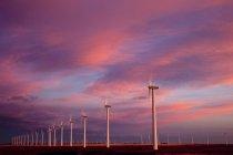 Stromerzeugende Windmühlen, die im Morgengrauen in der Nähe von Fort Macleod, Alberta, Kanada arbeiten. — Stockfoto
