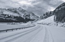 Snow-capped highway and mountains by Abraham Lake, Alberta, Canada — Stock Photo