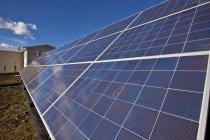 Sonnenkollektoren auf Bauernhof in der Nähe von Black Diamond, Alberta, Kanada. — Stockfoto