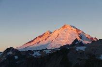 Lumière de l'aube sur le Mont Baker, Mount Baker Wilderness area, Washington, États-Unis d'Amérique — Photo de stock