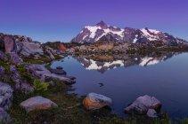 Отражение горы Shuksan в альпийском регионе tarn, Маунт Бейкер Snoqualmie Национальный лес, Вашингтон, Соединенные Штаты Америки — стоковое фото