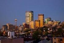 Skyline di Calgary all'alba in luce soffusa, Alberta, Canada . — Foto stock