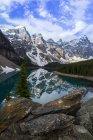 Montanhas Rochosas, refletindo no Lago Moraine no Parque Nacional de Banff, Alberta, Canadá — Fotografia de Stock