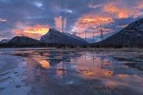 Світанок, Гора Рандл на озеро кіновар'ю, Banff Національний парк, Альберта, Канада — стокове фото