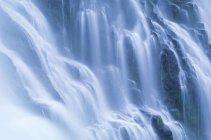 Вид проточной воды водопада Proxy Falls в Орегоне, США — стоковое фото