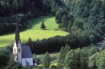 Альп долини з церквою поблизу регіоні Гроссглокнер у Heiligenblut, Австрія — стокове фото