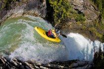 Kayakiste masculine exécutant Sutherland Falls à Revelstoke, Colombie-Britannique, Canada. — Photo de stock