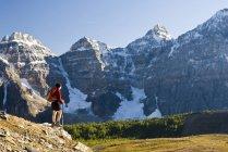 Wanderin mit Blick auf den Blick im Lärchental auf dem Weg zum Sentinelpass in der Nähe von Moränensee, Banff Nationalpark, Alberta, Kanada. — Stockfoto