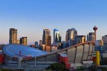 Skyline Калгарі Калгарі-Тауер і Scotiabank Saddledome, Калгарі, Альберта, Канада — стокове фото