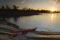 Red kayak on shore at Lake Huron, Geogian Bay, Canadian Shield, Ontario, Canada — Stock Photo