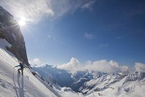 Männlicher Skitourengeher, der Steilhang bei der Eisfall-Hütte hinaufsteigt, golden, Britisch Columbia, Kanada — Stockfoto