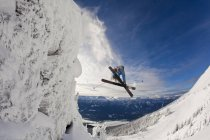 Male skier jumping from cliff at Revelstoke Mountain Resort, Revelstoke Backcountry, Canada — Stock Photo
