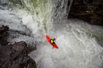 Vue angle élevé de mâle kayakiste chute cascade sur Johnston Canyon, Parc National Banff, Canada — Photo de stock