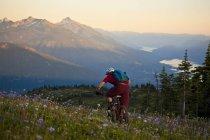 Sentiero maschile di mountain bike a Revelstoke, Columbia Britannica, Canada — Foto stock