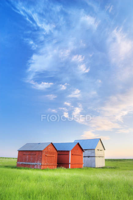Wooden barns and graineries in southern Saskatchewan, Canada — Stock Photo