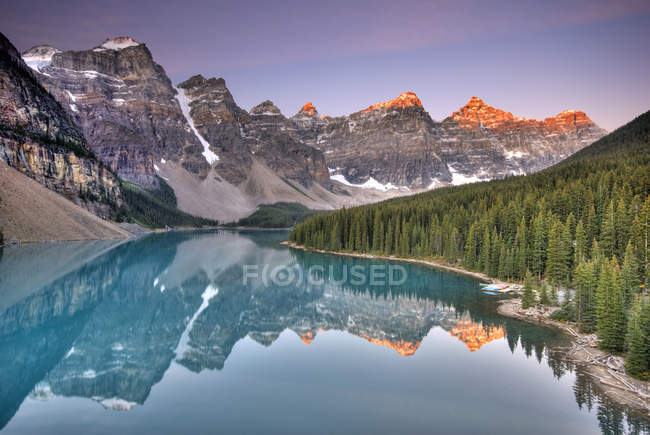 Moraine Lake with Rocky mountains reflection at sunrise in Banff National Park, Alberta, Canada — Stock Photo