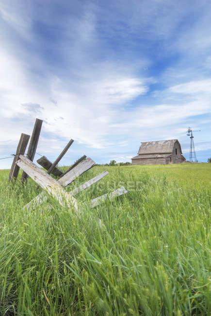 Granero y molino abandonado cerca de Leader, Saskatchewan, Canadá - foto de stock