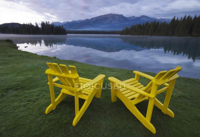 Chaises de pelouse sur la côte du lac Beauvert, parc national Jasper, Alberta, Canada — Photo de stock