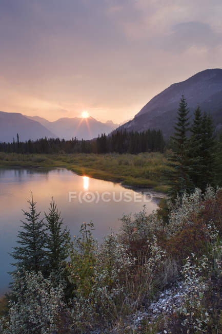 Sunset over mountain landscape with Bow River along  Bow Valley Parkway, Banff National Park, Alberta, Canada. — Stock Photo