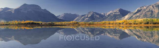 Montanhas, refletindo no lago Maskinonge, Parque Nacional dos Lagos Waterton, Alberta, Canadá. — Fotografia de Stock