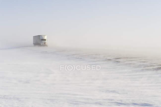 Vehículo de camión en carretera cubierto de nieve soplando cerca de Morris, Manitoba, Canadá - foto de stock