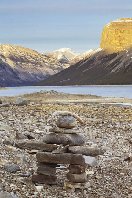 Point de repère Pierre Inukshuk au lac Minnewanka, Parc National Banff, Alberta, Canada. — Photo de stock