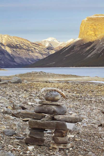 Inukshuk Marco de pedra no Lago Minnewanka, Parque Nacional de Banff, Alberta, Canadá. — Fotografia de Stock