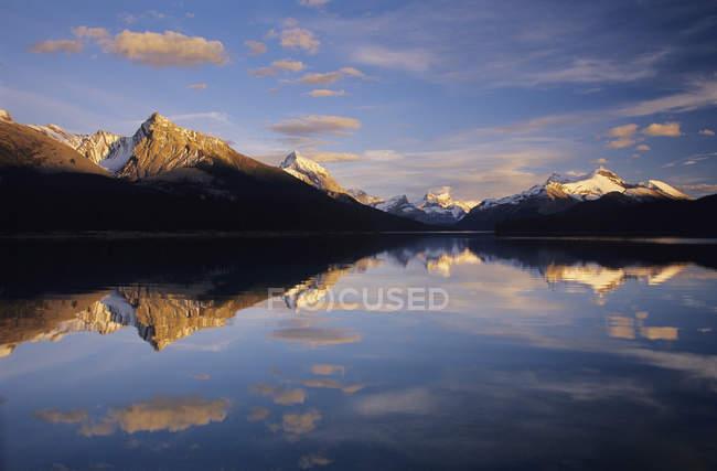 Lac Maligne reflétant les montagnes au coucher du soleil, parc national Jasper, Alberta, Canada . — Photo de stock