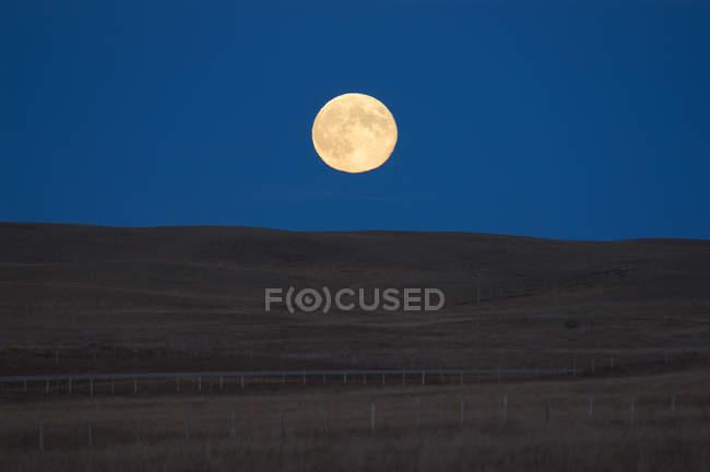 Lune se levant sur le paysage des prairies, Alberta, Canada . — Photo de stock