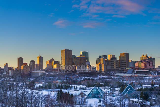 Casas y parque en el horizonte de la ciudad en invierno, Edmonton, Alberta, Canadá - foto de stock