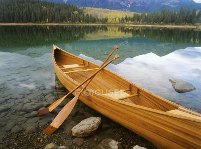 Canot sur la rive du lac Patricia, parc national Jasper, Alberta, Canada — Photo de stock