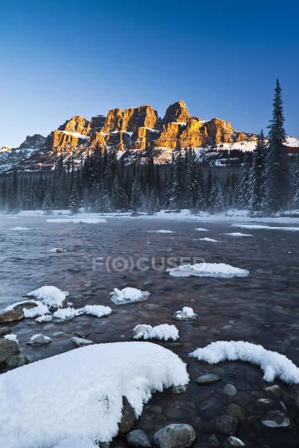 Замок Маунтин и река Боу в зимний сезон в Банфском национальном парке, Альберта, Канада — стоковое фото