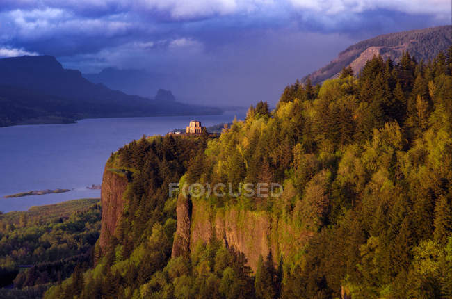 Nubi di tempesta a Vista House in cima a Crown Point lungo storico Columbia River Gorge, Oregon, Usa. — Foto stock