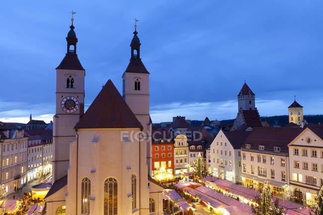 Обзор Рождественского рынка в Neupfarrplatz, Regensburg, Bavaria, Germany — стоковое фото