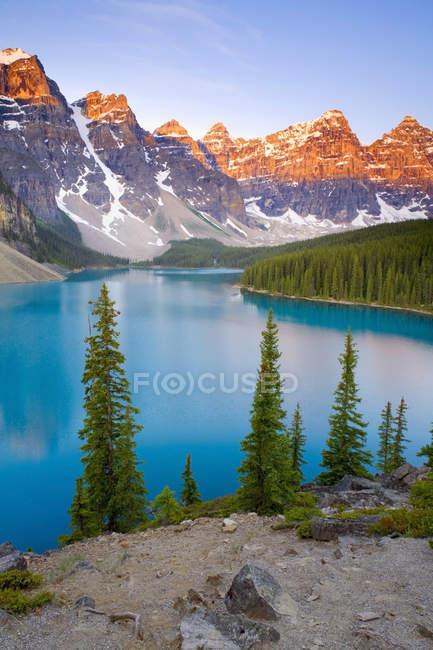 Lago Moraine e montanhas rochosas, ao nascer do sol no Parque Nacional de Banff, Alberta, Canadá — Fotografia de Stock