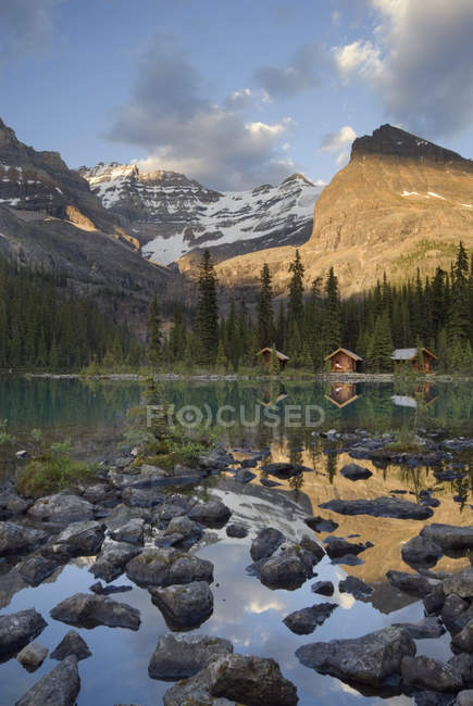 Scenic landscape with Lake Ohara Lodge cabins in Yoho National Park, British Columbia, Canada — Stock Photo