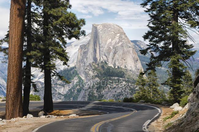 Route qui mène au Glacier Point de Yosemite National Park, Californie, é.-u. — Photo de stock